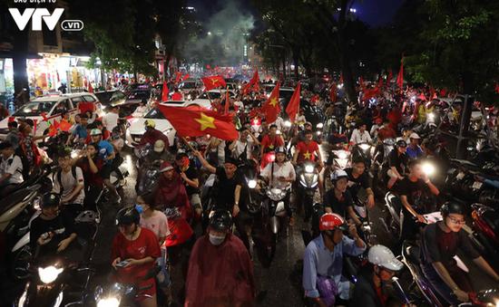 Cổ động viên đổ về Hồ Gươm hò reo sau trận bán kết giữa Việt Nam - Hàn Quốc