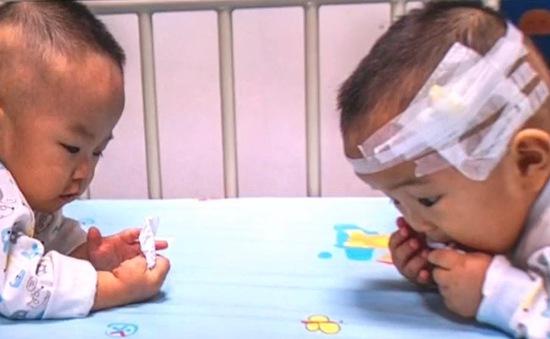 Trung Quốc: Bố mẹ nghẹn lòng bốc thăm chọn 1 trong 2 con để chữa ung thư