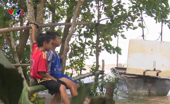 Trẻ em vùng lũ Đồng Tháp đối mặt nguy cơ đuối nước
