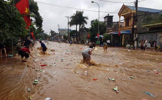 Sơn La: Hàng hóa trong siêu thị bị lũ cuốn trôi