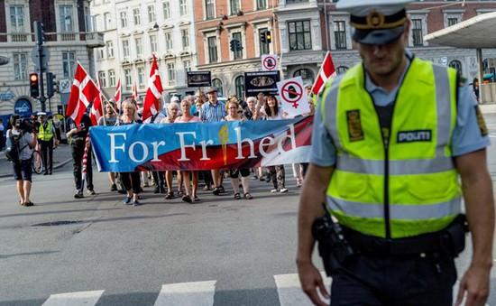 Đan Mạch tuần hành phản đối lệnh cấm đeo khăn trùm đầu