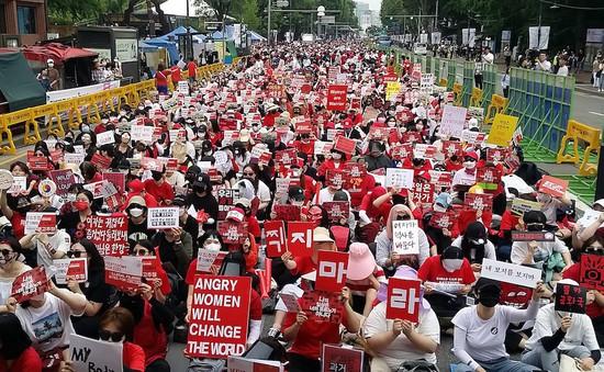 Phụ nữ Hàn Quốc biểu tình chống nạn quay lén giữa trời nóng 40 độ C