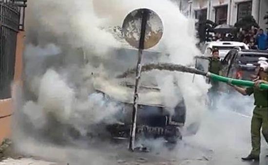 Lào Cai: Ô tô khách bỗng nhiên bốc cháy ngùn ngụt
