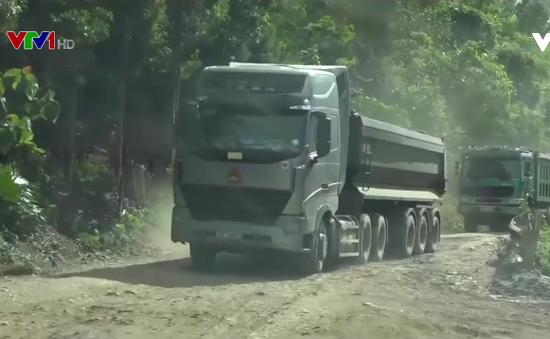 Lào Cai: Xe chở quặng cày nát đường 279