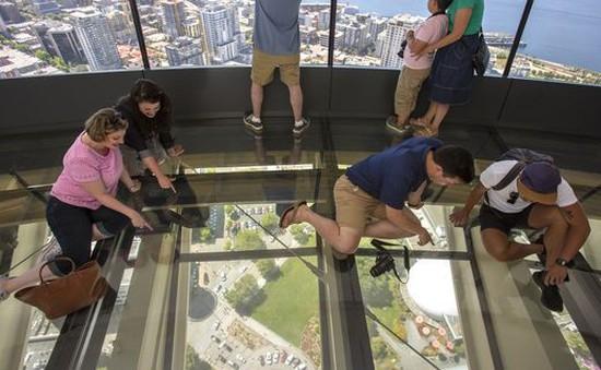 Ngắm cảnh từ sàn kính xoay đầu tiên trên thế giới