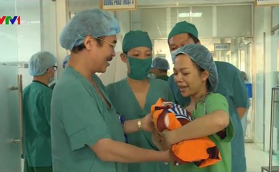 Nỗ lực cứu bé sơ sinh và người mẹ đang suy hô hấp