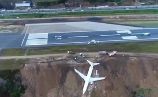 Tai nạn khiến máy bay thương mại cheo leo trên vách đá