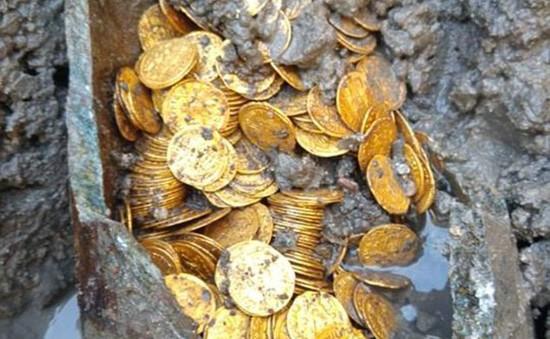 Phát hiện hũ chứa hàng trăm đồng xu vàng còn nguyên vẹn trị giá hàng triệu USD