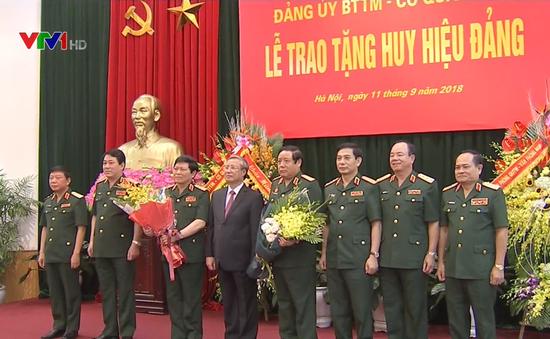 Trao Huy hiệu 45, 50 năm tuổi Đảng tặng Bộ trưởng và nguyên Bộ trưởng Bộ Quốc phòng