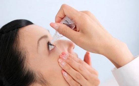 Cẩn thận mù lòa do dùng thuốc nhỏ mắt không đúng cách