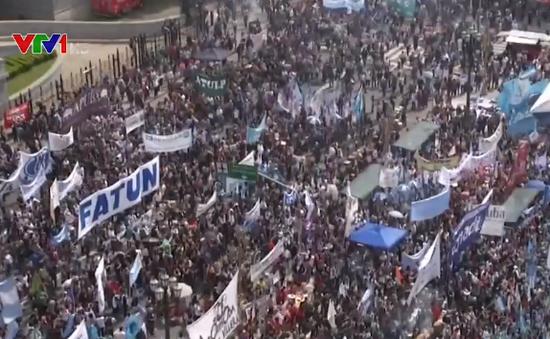 Người dân Argentina biểu tình phản đối chính sách khắc khổ