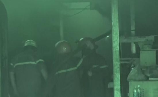 Cháy lớn tại nhà kho chứa hóa chất ở TP.HCM