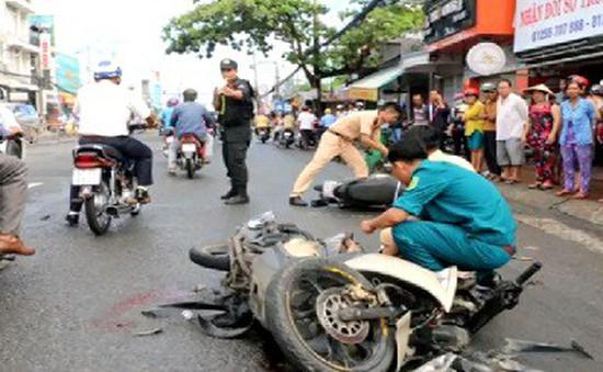 Xe tải đâm liên hoàn 8 xe máy, 11 người bị thương