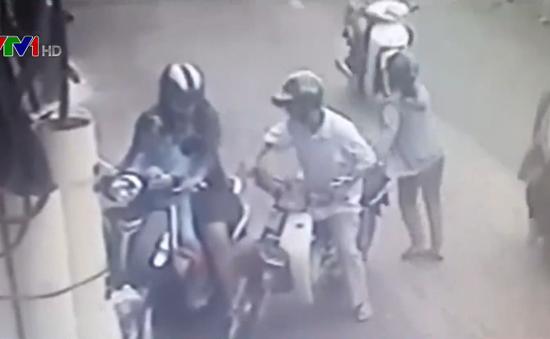 Lại xuất hiện tình trạng dàn cảnh móc túi người đi đường ở TP.HCM