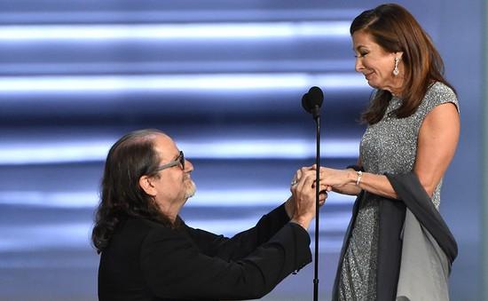 Lễ trao giải Emmy Awards 2018 bỗng trở thành màn cầu hôn bất ngờ