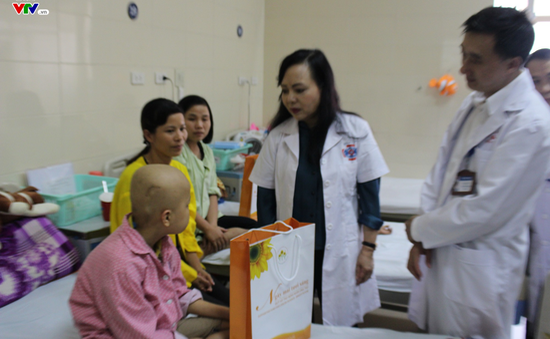 Bộ trưởng Bộ Y tế tặng quà Trung thu cho bệnh nhi ung thư