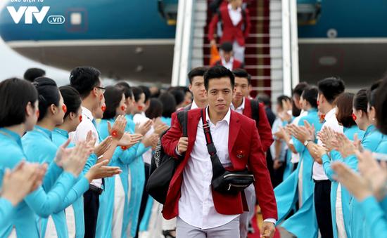 CHÙM ẢNH: Dàn sao Olympic Việt Nam lịch lãm như tài tử về nước