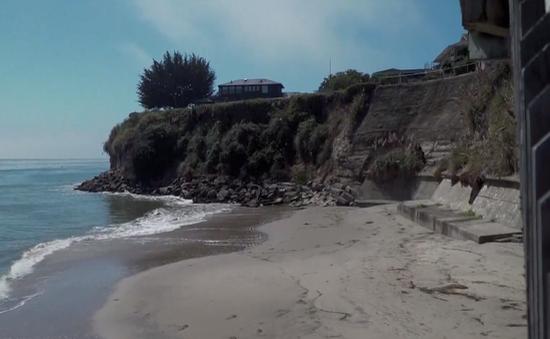 Bãi biển công bị biến thành bãi tắm tư tại California, Mỹ