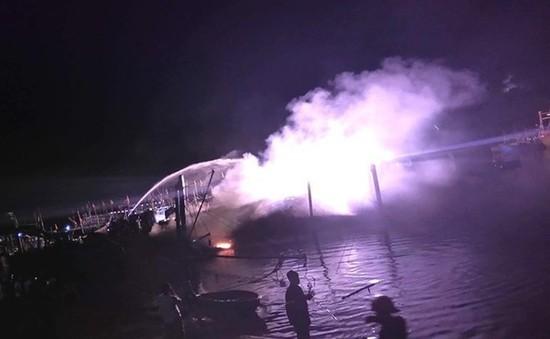 Tàu cá bất ngờ bốc cháy khi đang neo đậu, thiệt hại hàng tỷ đồng