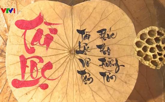 Độc đáo tranh thư pháp trên lá sen
