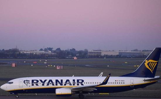 Bị trễ chuyến, du khách nam chạy đuổi theo máy bay yêu cầu phi công mở cửa