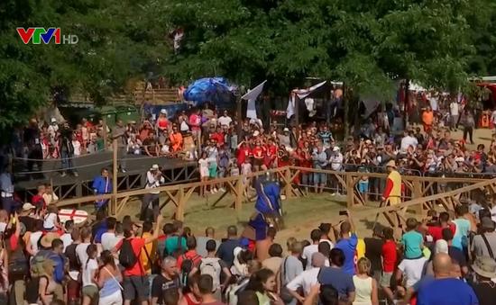 """Hàng chục """"chiến binh"""" tham gia giải đấu tái hiện trận chiến thời trung cổ châu Âu"""
