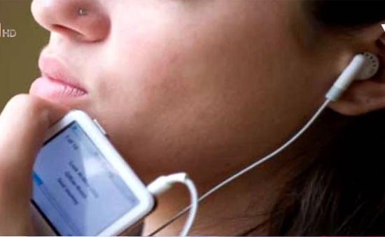 Nghe tai nghe âm lượng quá lớn làm tổn hại thính giác
