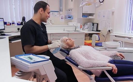 """Người thu nhập thấp ở Anh bị phạt vì """"nhầm lẫn tiêu chuẩn"""" khám răng miễn phí"""
