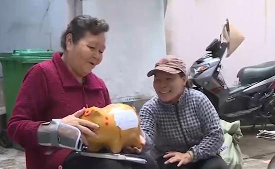 Việc tử tế: Người phụ nữ 74 tuổi nuôi heo đất làm từ thiện