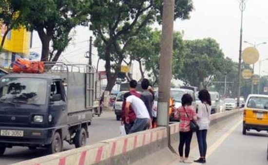 Xử phạt người đi bộ vi phạm: Cần sự đồng bộ hệ thống cơ sở hạ tầng
