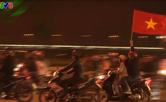 Người hâm mộ đổ ra đường ăn mừng chiến thắng U23 Việt Nam