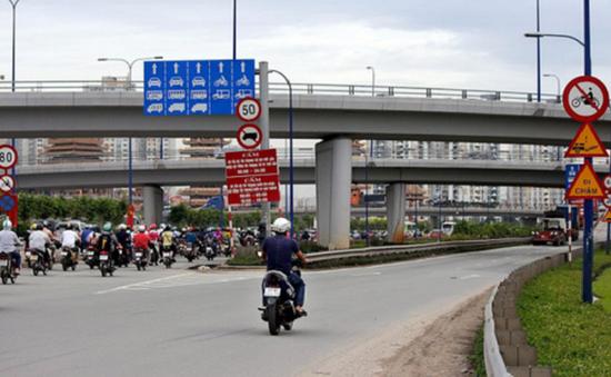 Bất chấp biển cấm, xe máy vẫn lao lên cầu vượt Thủ Đức, TP.HCM