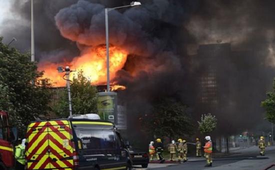 Cháy lớn thiêu rụi hàng trăm ô tô tại Liverpool, Anh