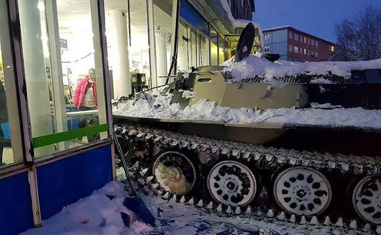 Nga: Đâm xe thiết giáp vào cửa hàng để cướp rượu