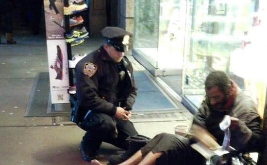 Những hành động đẹp của cảnh sát trên thế giới