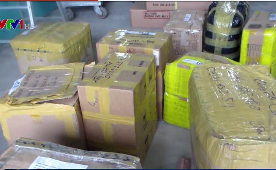 Phát hiện xe tải chở hơn 60 kiện hàng không rõ nguồn gốc