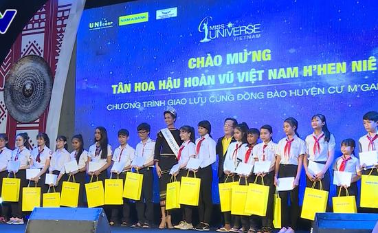 Tân Hoa hậu Hoàn vũ Việt Nam H'Hen Niê giao lưu với thanh thiếu niên Đắk Lắk