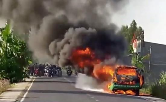 VIDEO: Taxi bốc cháy ngùn ngụt, 3 người thoát chết