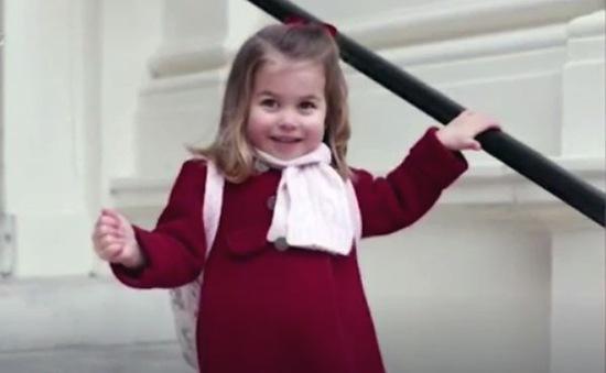 Diện áo đỏ ngày đầu tiên đi học, công chúa nhỏ Charlotte đã gây sốt