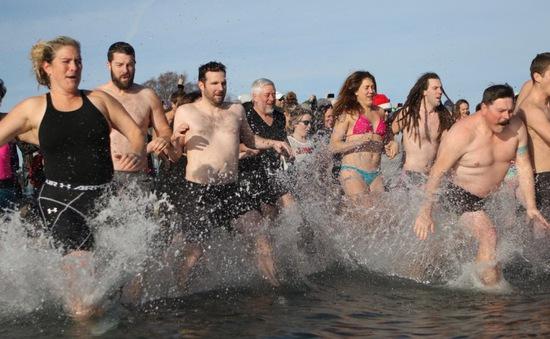 Hàng nghìn người dân Mỹ háo hức tham gia lễ hội Polar Bear