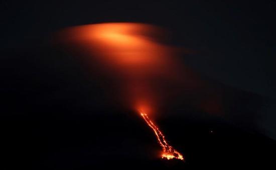 Núi lửa hoạt động mạnh nhất Philippines tiếp tục phun dung nham và tro bụi