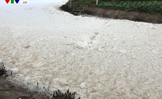 Nước sông nổi bọt trắng không phải do nhà máy thải ra