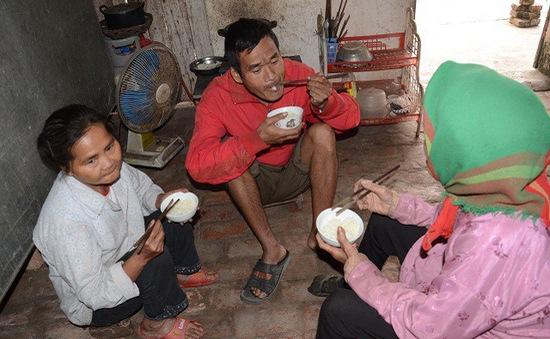 Mẹ gần 90 tuổi lụi cụi chăm 2 con tâm thần trong cảnh đói rét