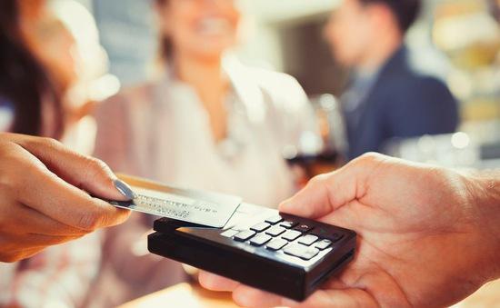 Anh không thu phụ phí thanh toán thẻ: Người tiêu dùng có hưởng lợi?