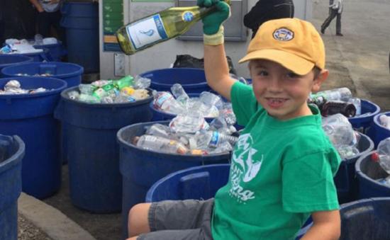 Mỹ: Cậu bé 8 tuổi làm chủ công ty tái chế rác thải nhựa