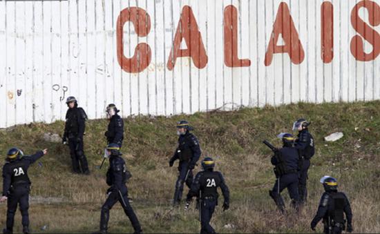 Pháp cam kết ngăn chặn dòng người di cư đi qua cảng Calais