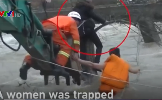 Trung Quốc: Giải cứu thành công một phụ nữ bị mắc kẹt giữa dòng lũ