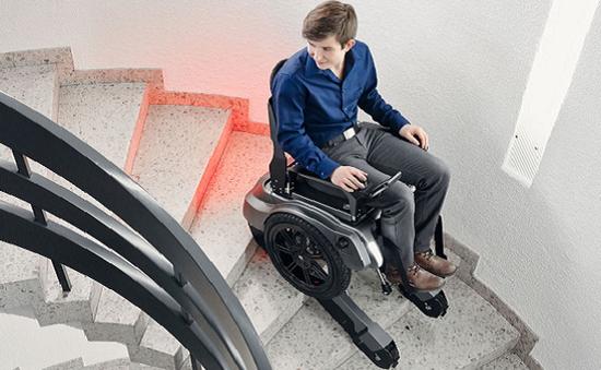 Ra mắt xe lăn điện có thể leo cầu thang an toàn