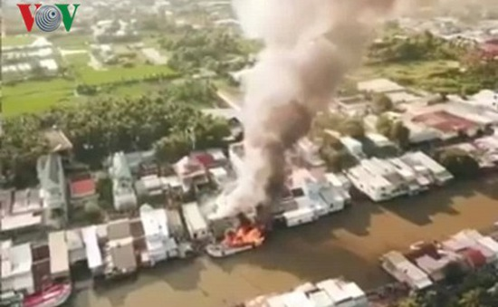 Kiên Giang: Tàu cá cháy dữ dội lan sang 3 nhà dân