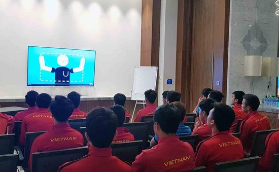 ĐT Việt Nam chăm chú tìm hiểu công nghệ VAR trước trận gặp Nhật Bản